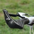 Moderní ergonomická řídítka na horském kole - s kruhovým profilem to již nemá nic společného.
