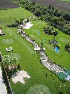 Netradiční golfové hřiště v obci Zlonín nedaleko Prahy má 9 jamek