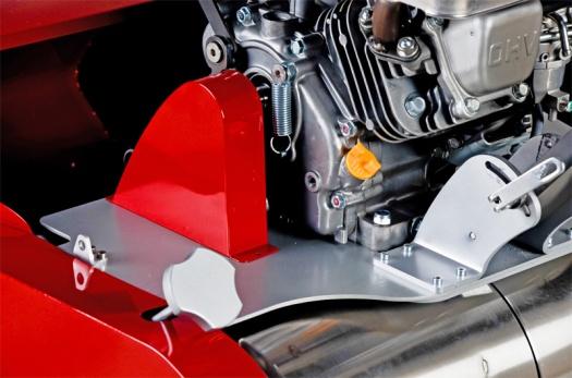 Detailní pohled na uložení motoru a řídítek. Nastavení řídítek je vybaveno odolnými rychloupínaky.