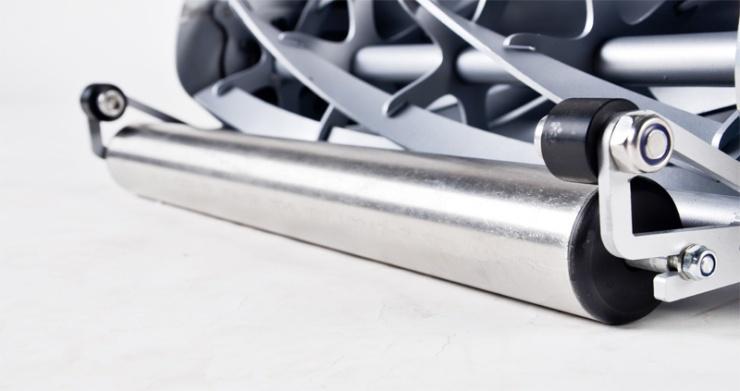 Detailní pohled na přední válec. Opět nerezová ocel, velmi odolná proti otěru.