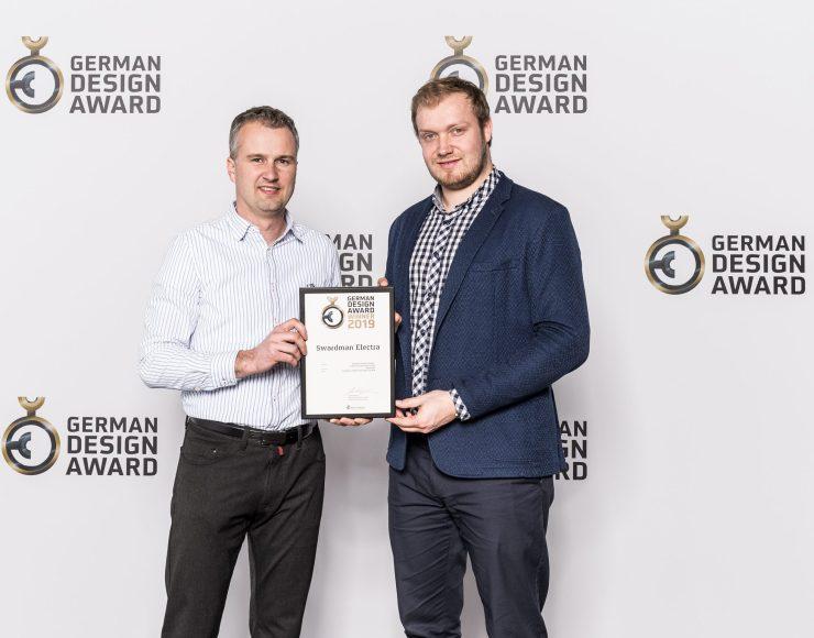 Vřetenová sekačka Swardman Electra získala cenu za design German Design Award 2019. Cenu jsem převzal s Markem Votroubkem.